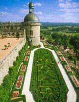 Les Jardins du chateau de Hautefort en dordogne. De magnifique terrasses fleuries classées Monument historique entourent le château dont les appartements abritent un superbe mobilier des XVIIe et XVIIIe siècles. Le château de Hautefort est membre de Demeure Historique des Vieilles Maisons Françaises et de la Route des 1001 châteaux du Périgord.
